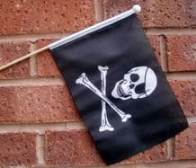 PIRATE SKULL & CROSSBONES - HAND WAVING FLAG (MEDIUM)